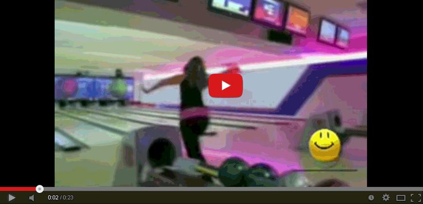 Bionda sexy gioca a boowling … meglio di no !