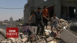 Devastation after air strike on Khan Younis, Gaza – BBC News