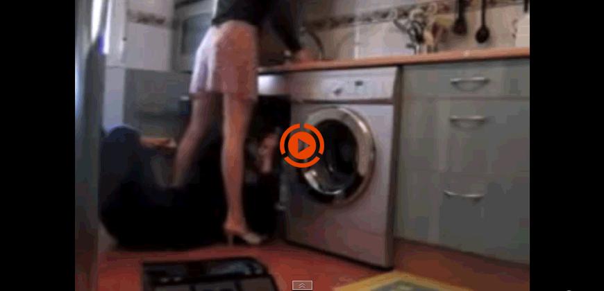 Il povero idraulico si ritrova tra le gambe (del)la cliente.