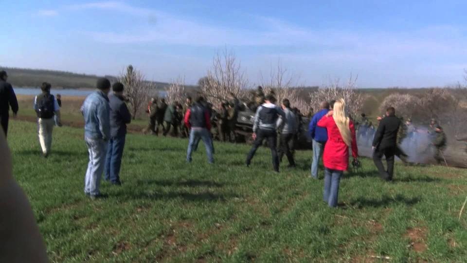 Moment villagers took on Ukrainian army – BBC News