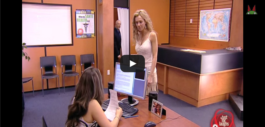 Flirt con il boss in ufficio, ma la moglie non deve saperlo.
