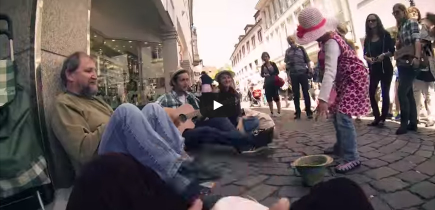 Tre giovani studenti danno il loro aiuto ai senzatetto.