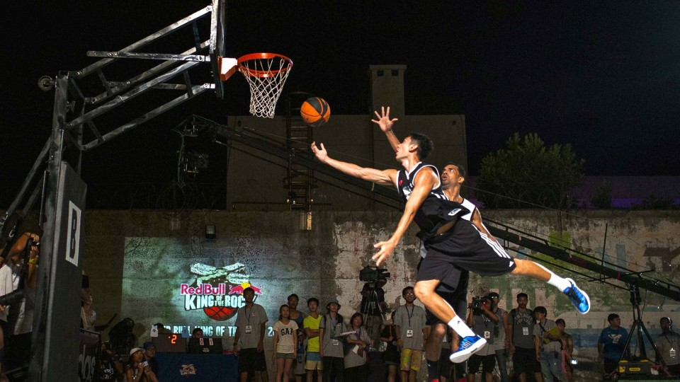 1v1 Streetball on Samasana Prison Yard – Red Bull King of the Rock Finals 2014