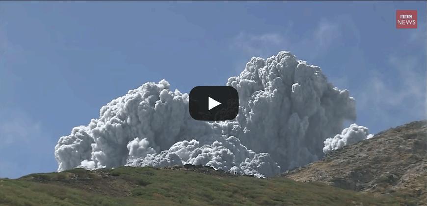 Giappone il vulcano Ontake si risveglia, la valanga di cenere.