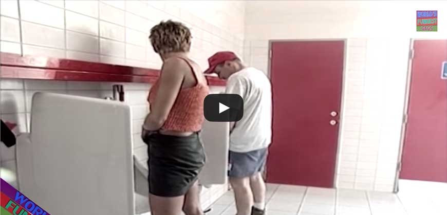Una donna che va in bagno come gli uomini.