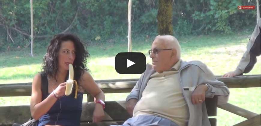 Esperimento sociale, Ragazze che mangiano la banana in pubblico