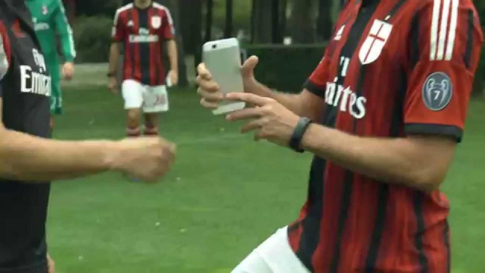 I calciatori del Milan lanciano il nuovo Ascend G7 | AC Milan Official