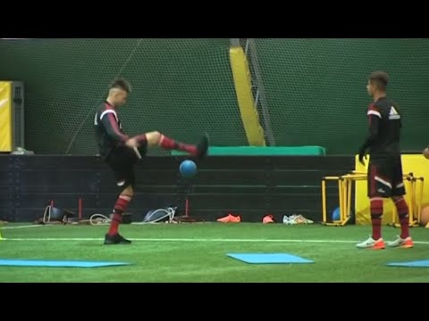 Mastour – El Shaarawy: freestyle football juggling in Milanello | AC Milan Official