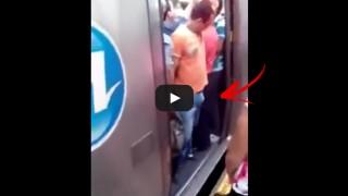 OMG, gli rimane incastrato tra le porte della metro.