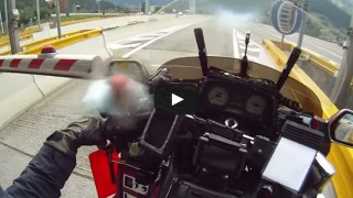 Polizia ferma motociclista che passa con sbarra chiusa, ma rimangono senza parole