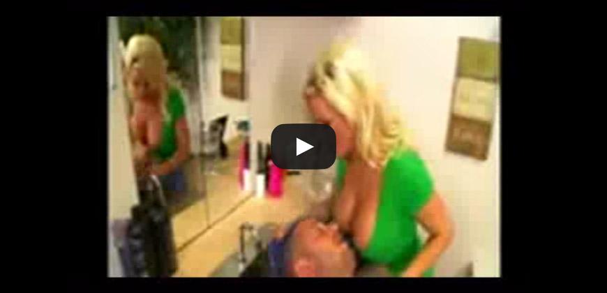 La parrucchiera maggiorata provoca i clienti